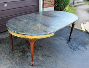 VINTAGE GOOD CONDITION DINING TABLE