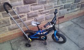 Children's bike with stabilisers and handle