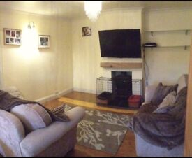 2 bed ground floor flat, private parking & private garden.