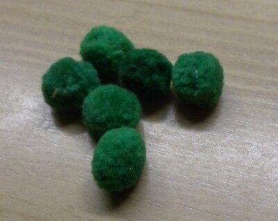 6 alte Bommeln  für Puppenkleidung oder Puppenschuhe grün