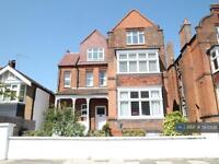 2 bedroom flat in Cadogan Road, Surbiton, KT6 (2 bed)