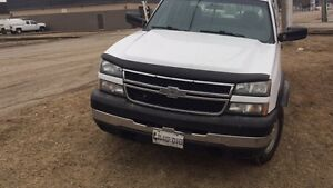 Looking for a work truck? Look no further 06 chev 2500 gas