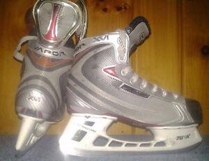 Bauer Vapor XVI - Boys Size 4½ Hockey Skates