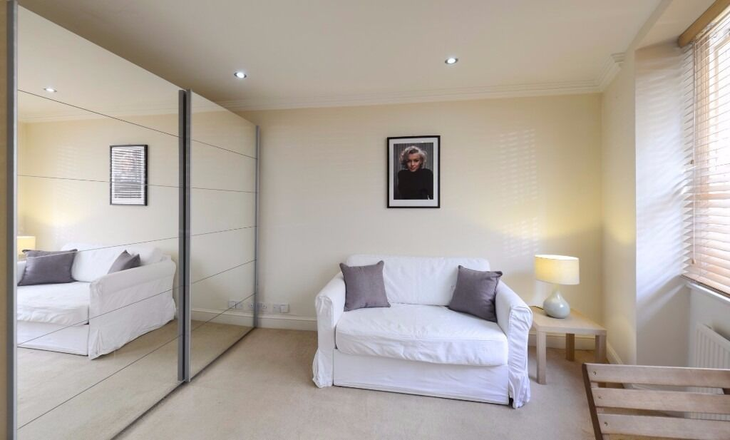 Great size studio in the heart of South Kensington, access to private gardens.