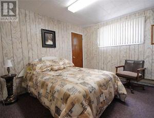 Bed, mattress and dresser / Lit, matelas et commode