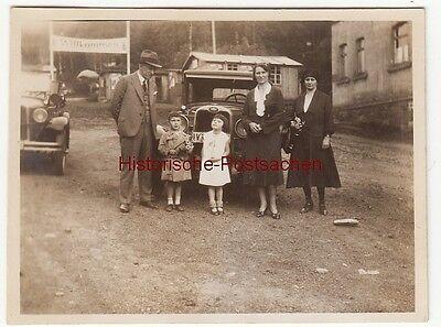 (F12711) Orig. Foto Familie steht vor einem Automobil, Chemnitz Einsiedel 1931