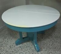 Old functional table + 2 mismatched chairs - $ 25