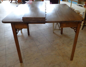 VINTAGE TRESTLE EXTENSION TABLE WITH 4 LEAVES