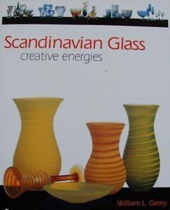 BOOK/LIVRE/BOEK/BUCH : SCANDINAVIAN GLASS/GLAS/VERRE ORREFORS,KOSTA,LITTALA - Gullegem (Belgique), France métropolitaine - Scandinavian Glass 191 pages color photos Hard cover with dust jacket 28 x 22 cm 1,318 kg English This eye-appealing book presents a sweeping survey of much sought after designs from Finnish and Swedish glass- - Gullegem (Belgique), France métropolitaine
