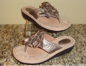 Clarks Artisan Latin Flower Leather Thong Sandals Metallic Sz 10
