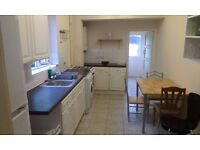 DOUBLE ROOM AVAILABLE TO COUPLES IN A QUIET HOUSE MINS TO TOOTING BROADWY STATION