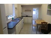 TOOTING BROADWAY ROOM AVAILABLE IN A QUIET HOUSE JUST MINUTES TO THE STATION