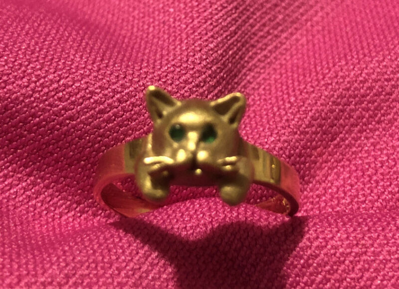 14K YELLOW GOLD CAT RING WITH EMERALD EYES BY SLACK 12 MM WIDE SZ 6