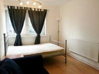 London Bridge Large and Spacious Double room with sofa and table