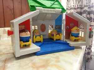 Hallebourg: toy house and 4 people