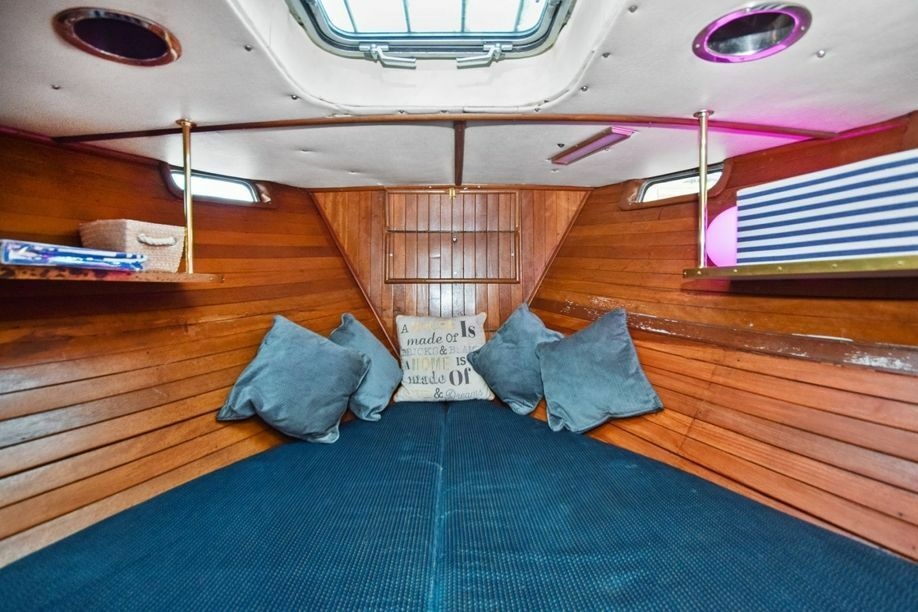 MODERN LUXURIOUS BOAT HOUSE - IDEAL FOR COUPLES