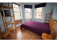 Lovely double room with bay windows available March 1st in a modern and comfortable 2 bed flat