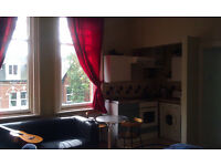 Large, airy and modern first floor studio flat in Hyde Park - Bills Included : Available 8th May