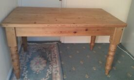 Farmhouse style pine table in vgc