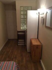 Super Cheap room in Kilburn Park!