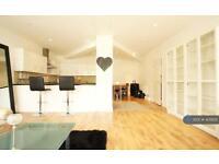 3 bedroom flat in Glebe Road, London, E8 (3 bed)