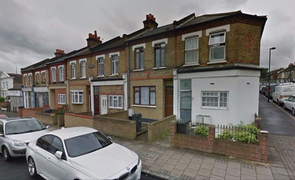 AVAILABLE NOW!! Modern 3 bedroom flat to rent on The Pavement, Chapel Road, SE27 0UN