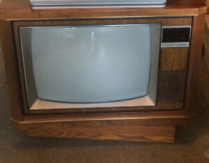 "25"" swivel colour TV in oak hutch with roll top"