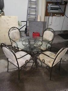 round glass dining table and four chairs Kitchener / Waterloo Kitchener Area image 1