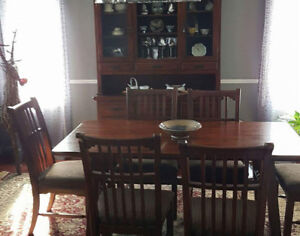Solid wood dinning room table, 6 chairs and 2 piece hutch.
