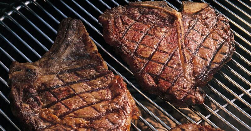 Diese Steaks sind dank einem gewissen Getränk nicht nur saftiger, sondern auch gesünder! (© Thinkstock via The Digitale)