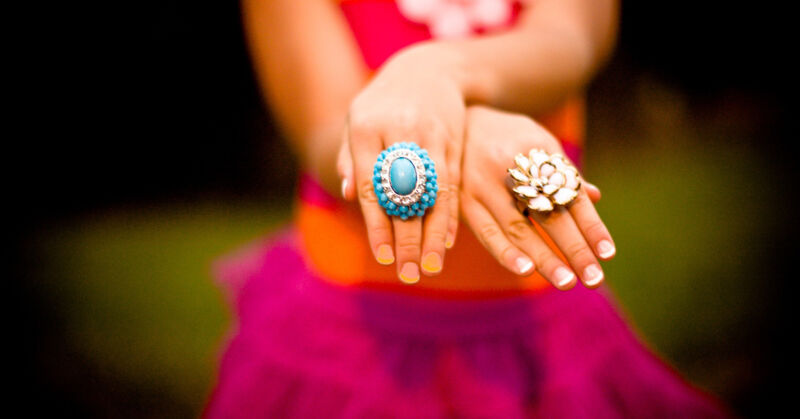 Nagelverfärbungen können unterschiedlicher Gründe haben, sind aber kein Zeichen von unzureichender Pflege.