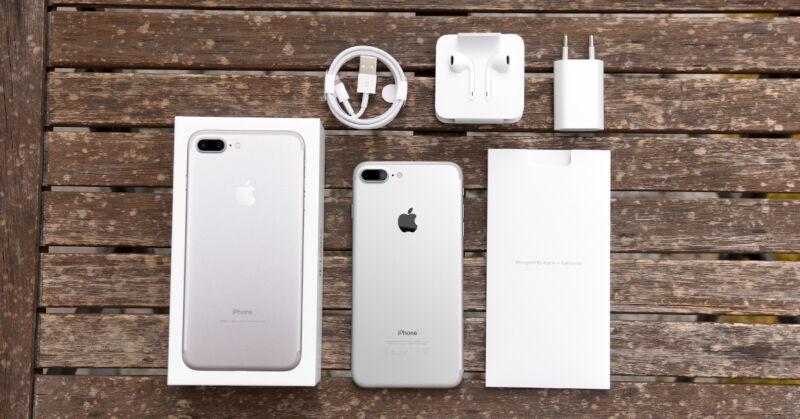 Das neue iPhone 7 kommt mit EarPods und USB-Power-Adapter.