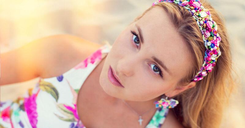 Blumenbänder sind groß im Trend – wer achtet da schon auf die Haare darunter? (© Thinkstock via The Digitale)