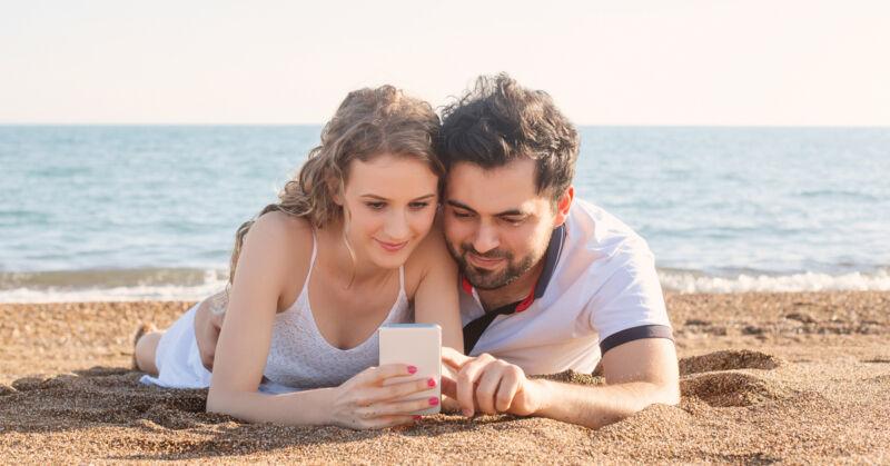 Entspannt am Strand liegen - und das Heim im Blick haben: smarte Technik macht's möglich. (© Thinkstock/The Digitale)