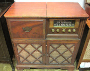 Vintage floor model radio with phonograph West Island Greater Montréal image 1