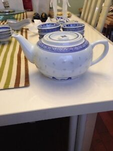 CHINESE TRADITIONAL PORCELAIN BLUE AND WHITE RICE TEAPOT/CUPS