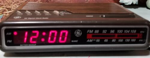 Vintage GE General Electric Digital Alarm Clock Radio Woodgrain Model 7-4612B