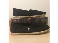 Men's size 9 black classic Toms Shoes