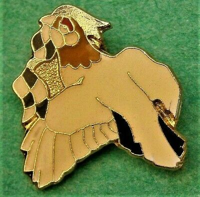 D594*) Enamel bird racing Pigeon Chequered Flag  tie lapel pin badge