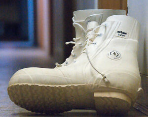 Size 13W Canadian Military Bunny Boots - BRAND NEW!