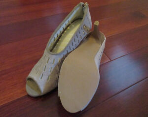 Womans suede shoe size 6 - Brand New - See our other ads Windsor Region Ontario image 3