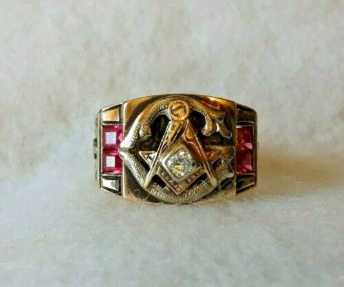 14K Gold Masonic Ring w/Diamond  and Red Stone Accents Size 11