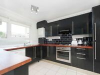 Spacious Split Level 3 Bed, 2 Bath Flat Ideal For Sharers Mins Away From Clapham Junction Station