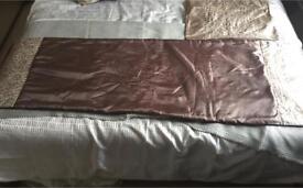 Bed/duvet runner and cushion set