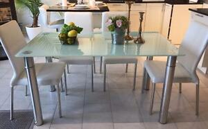 Magnifique table à dîner avec chaises d'un beau design et de très bonne qualité