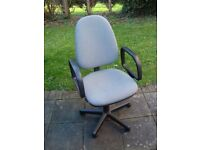 Office swivel chair with arms