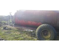 Muck spreader rotating barrel