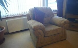 3 seat sofa & 2 matching armchairs in lovely condition