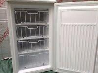 Medium size FREEZER Fridgemaster with 4 different shelves