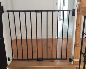 Barrière extensible pour bébé Munchkin en metal noir